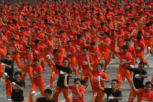 Các tù nhân nhảy múa theo phong cách Micheal Jackson