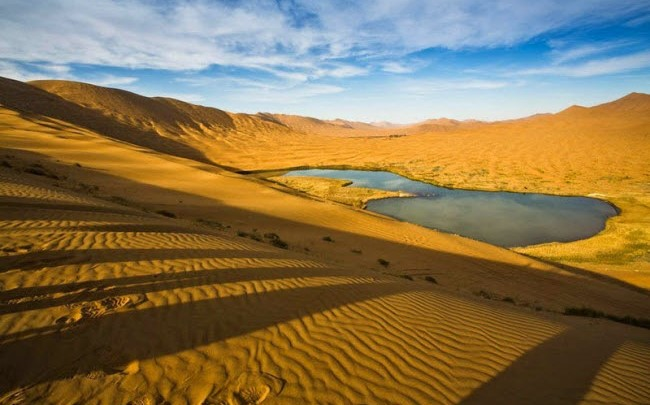 Sa mạc đổi màu đầy bất ngờ ở Trung Quốc