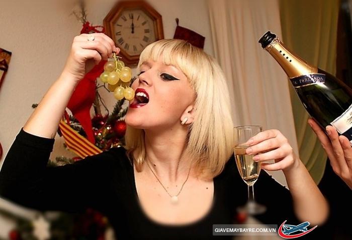Tây Ban Nha chào đón năm mới bằng những hoạt động nào?