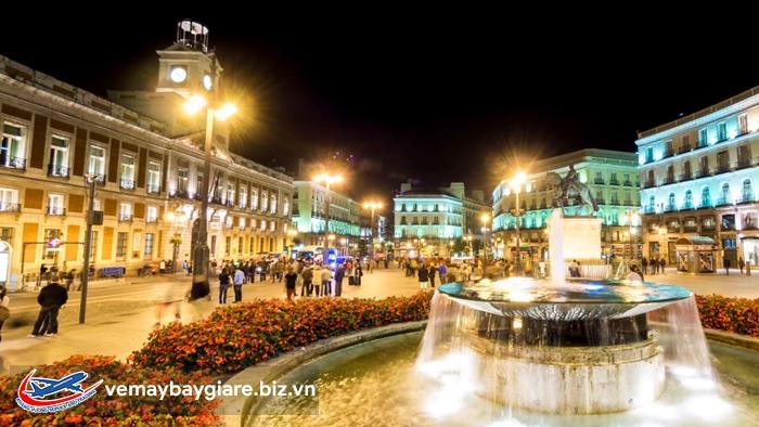 Quảng trường Puerta Del Sol lung linh về đêm