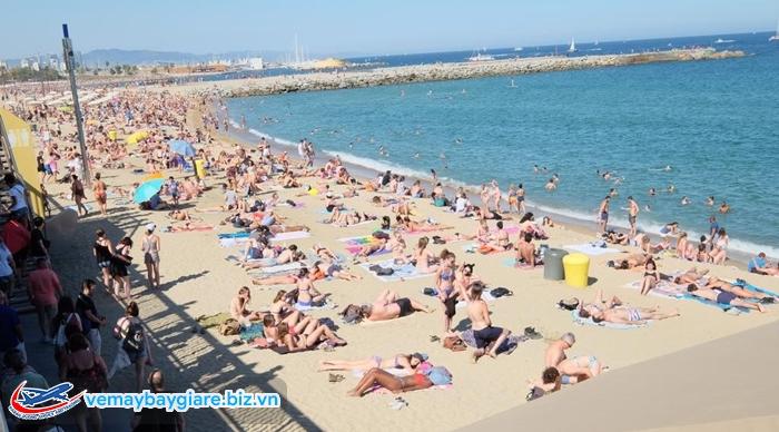 Bãi biển Barceloneta luôn đông ngẹt du khách