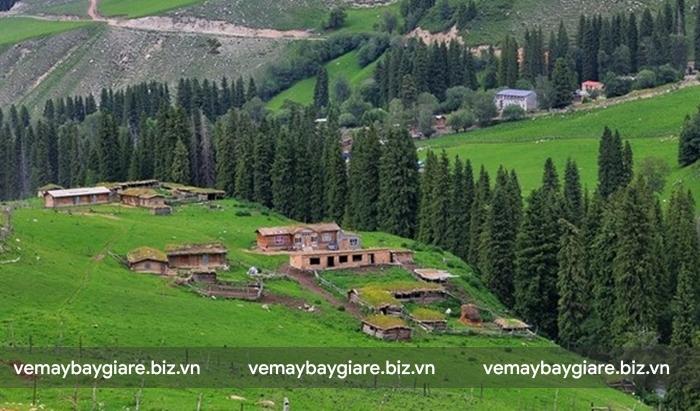 Làng Quỳnh Cố Thập được bao quanh bởi màu xanh của núi