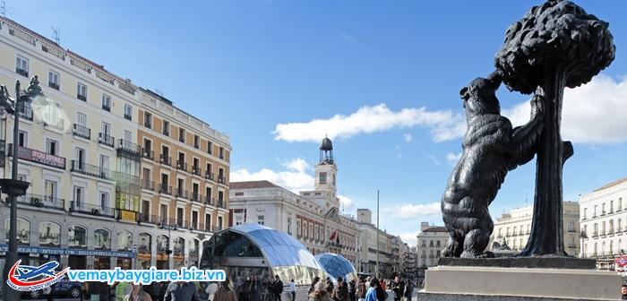 bức tượng con gấu và cây dâu tây -  biểu tượng của Madrid. Gần đó là cột mốc số 0 của Tây Ban Nha